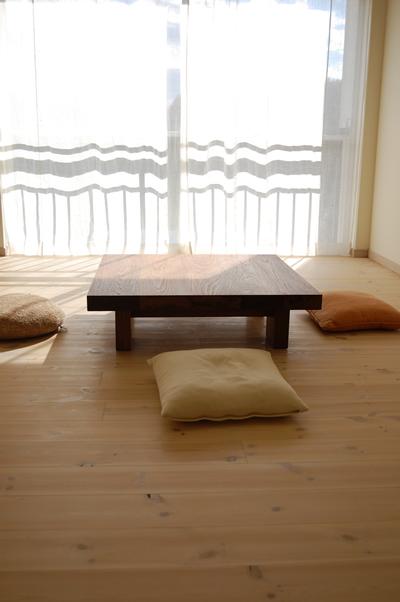 テーブル高は25cm、標準的なローテーブルの高さが34cm前後だからかなり低い。超ローテーブル、です。